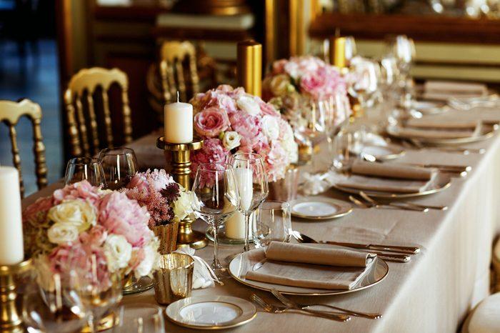 【ウエディング】会場装花のトレンド、流しテーブルの卓上装花