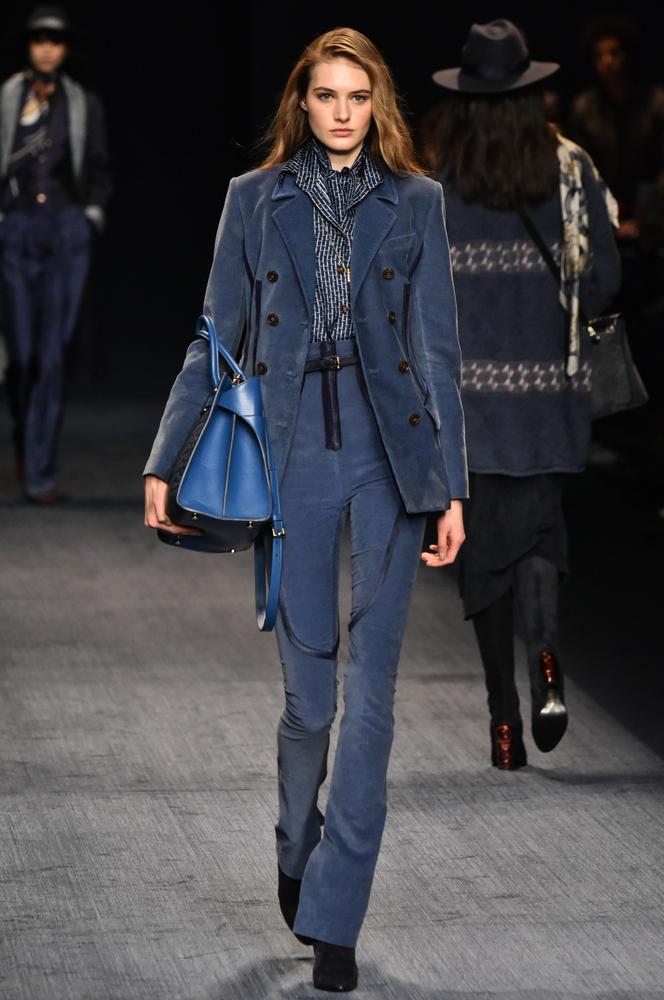 2017年秋冬ファッションのトレンドカラーはネイビー